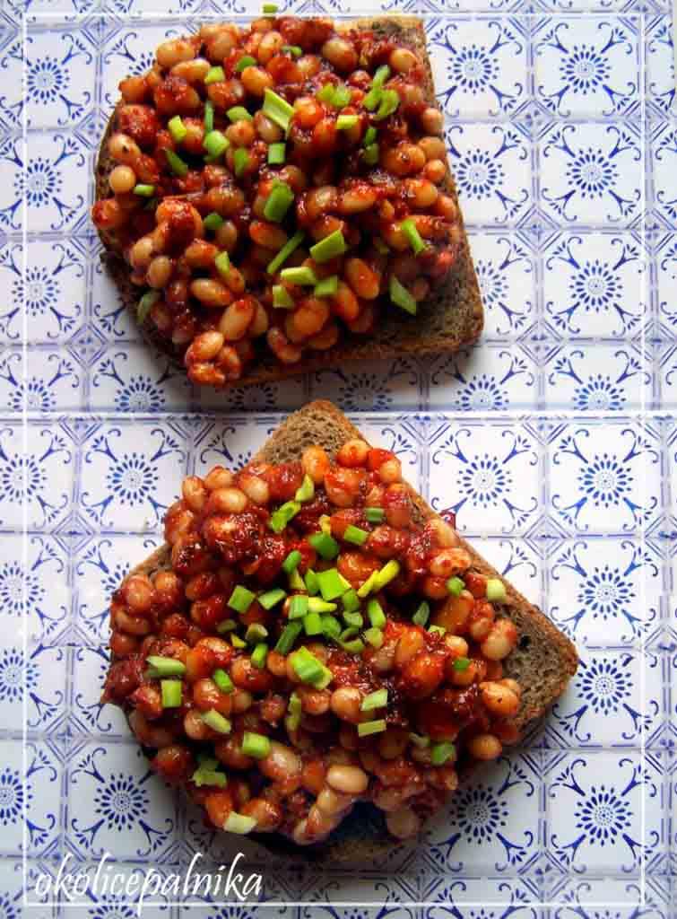 Razowe tosty z fasolką