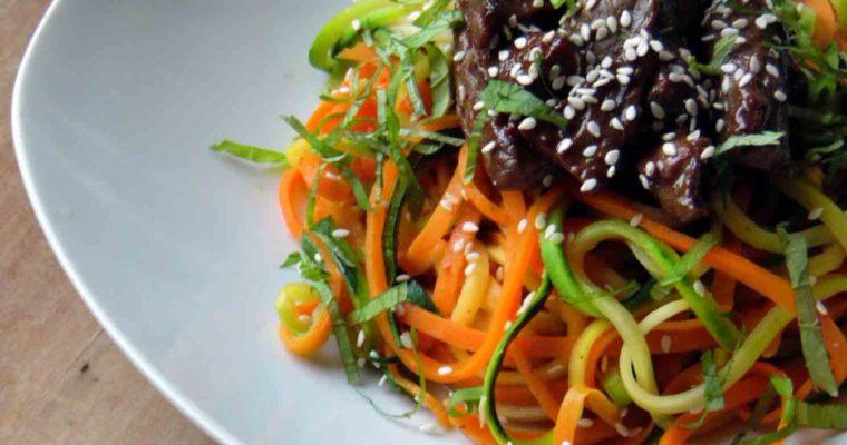 Orientalna wołowina z spaghetti z warzyw
