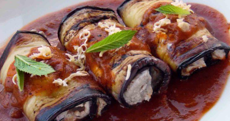 Roladki bakłażanowe w sosie pomidorowym