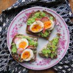 Tosty z awokado i jajkiem