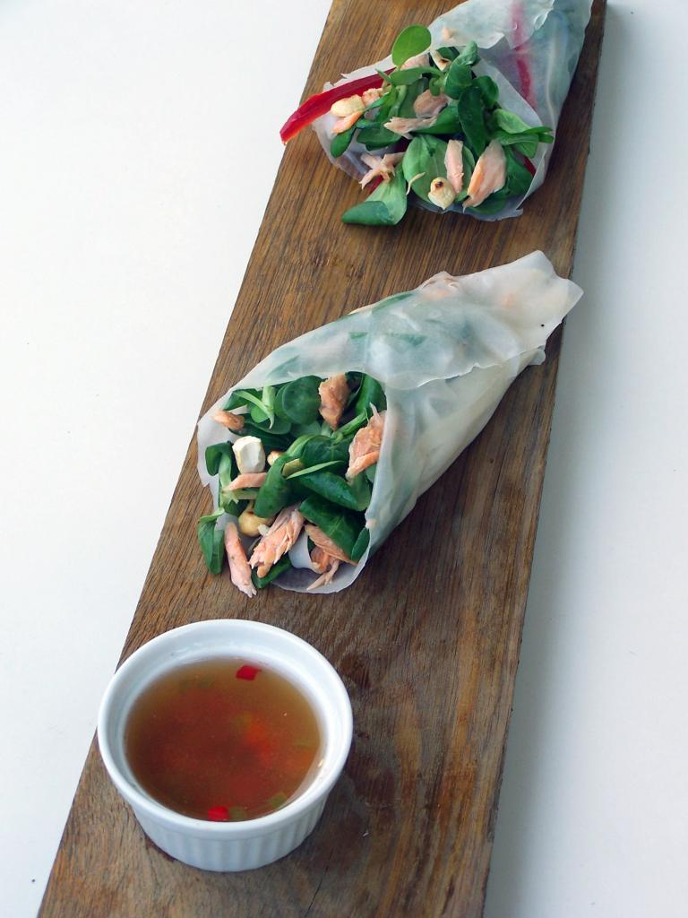 Otwarte spring rollsy z grillowanym łososiem