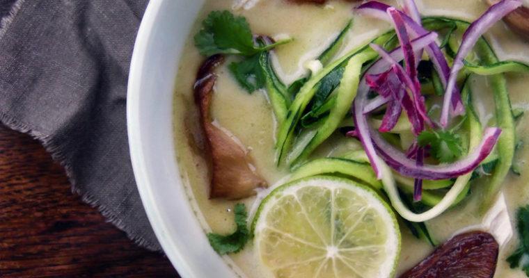 Zupa kokosowa z kurczakiem i makaronem z cukinii