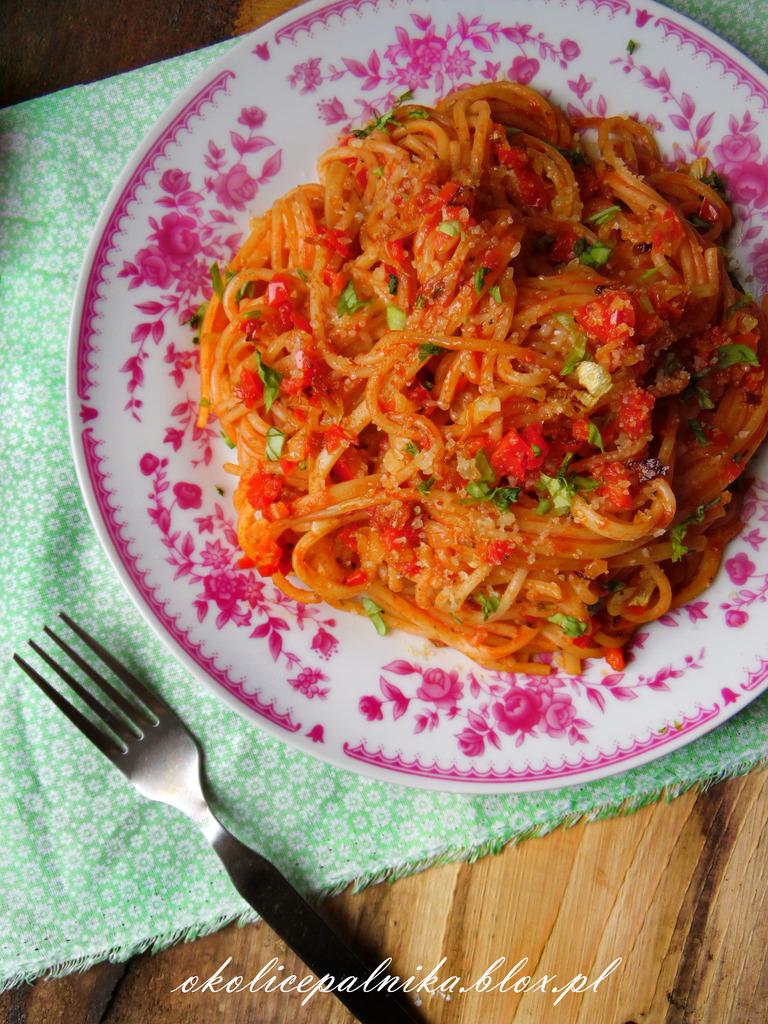 Spaghetti napoli – przepis na prosty sos pomidorowy