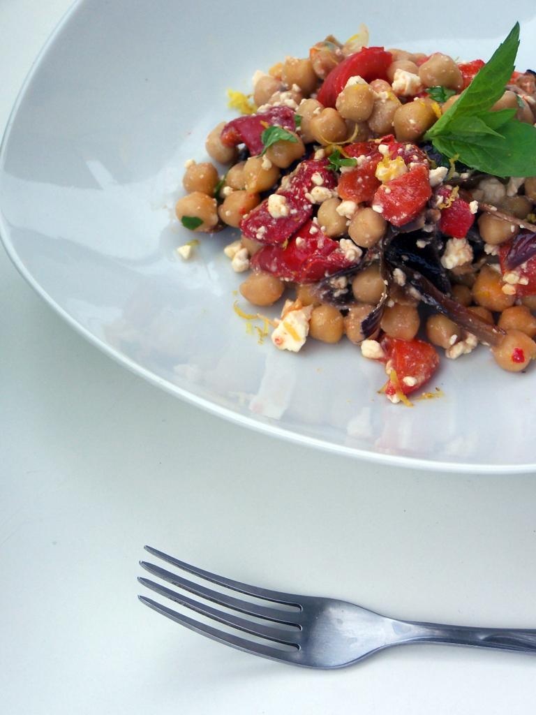 Sałatka z ciecierzycy i grillowanych warzyw