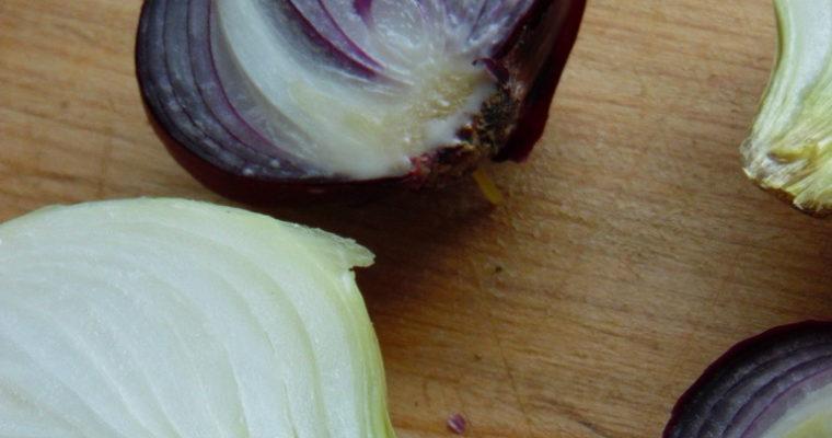 Jak nie płakać przy krojeniu cebuli? 5 sprawdzonych sposobów