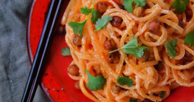 Makaron z marchewki z prażoną ciecierzycą i sosem imbirowym