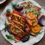 Tortille z serem halloumi i hummusem